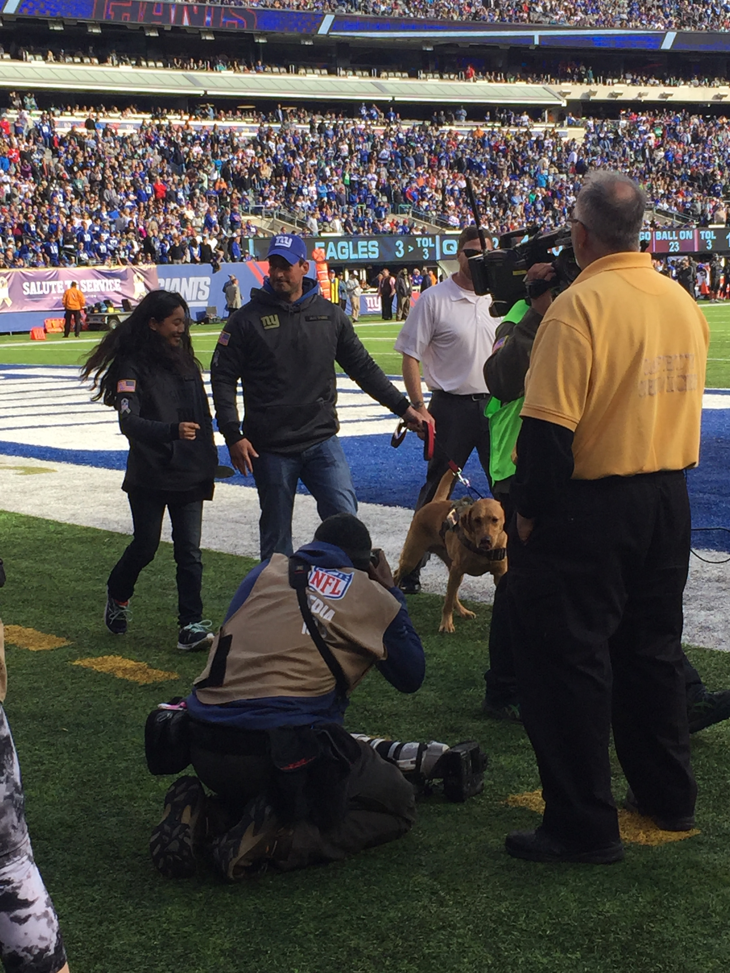 veteran-receiving-service-dog-at-giants-game